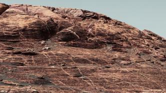 Mars-Rover Curiosity klettert auf einen Mars-Berg
