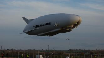 Britisches Luftschiff reißt sich von Haltemast los