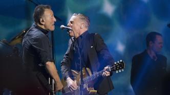 Bruce Springsteen und Bryan Adams musizieren gemeinsam