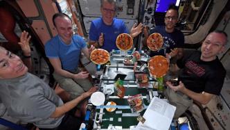 """""""Fliegende Untertassen"""": Astronauten backen Pizza auf der ISS"""
