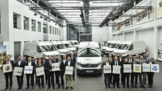 Elektroautos: Volkswagen Nutzfahrzeuge übergibt erste E-Crafter