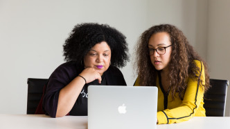 Zwei Frauen an einem Laptop
