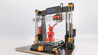Ein umgebauter 3D-Drucker Anet A8, auf dem Drucktisch steht ein Teeodohr