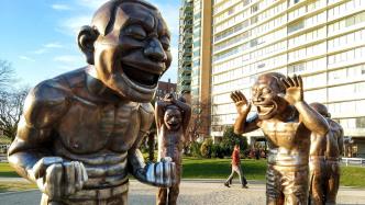 Überlebensgroße Statuen, die herzlich lachen