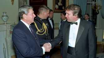 Ronald Reagan und Donald Trump geben einander die Hand
