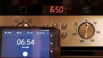 Die Uhr im Siemens-Backofen geht 4 Minuten nach, wie der Vergleich mit dem Smartphone zeigt.
