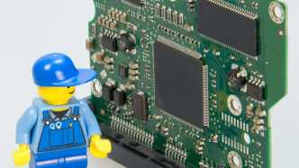 Legofigur vor Computerchips