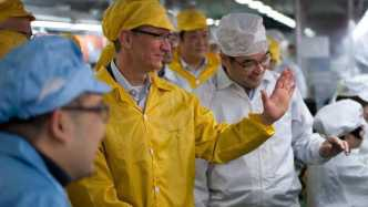 Tim Cook in einer Foxconn-Fabrik
