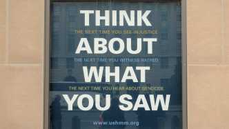 "Plakat ""Think about what you saw"" des Holocaust Museums"