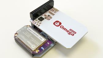 Das weiße RFID Expansion Board neben dem lila Omega Onion2 Board