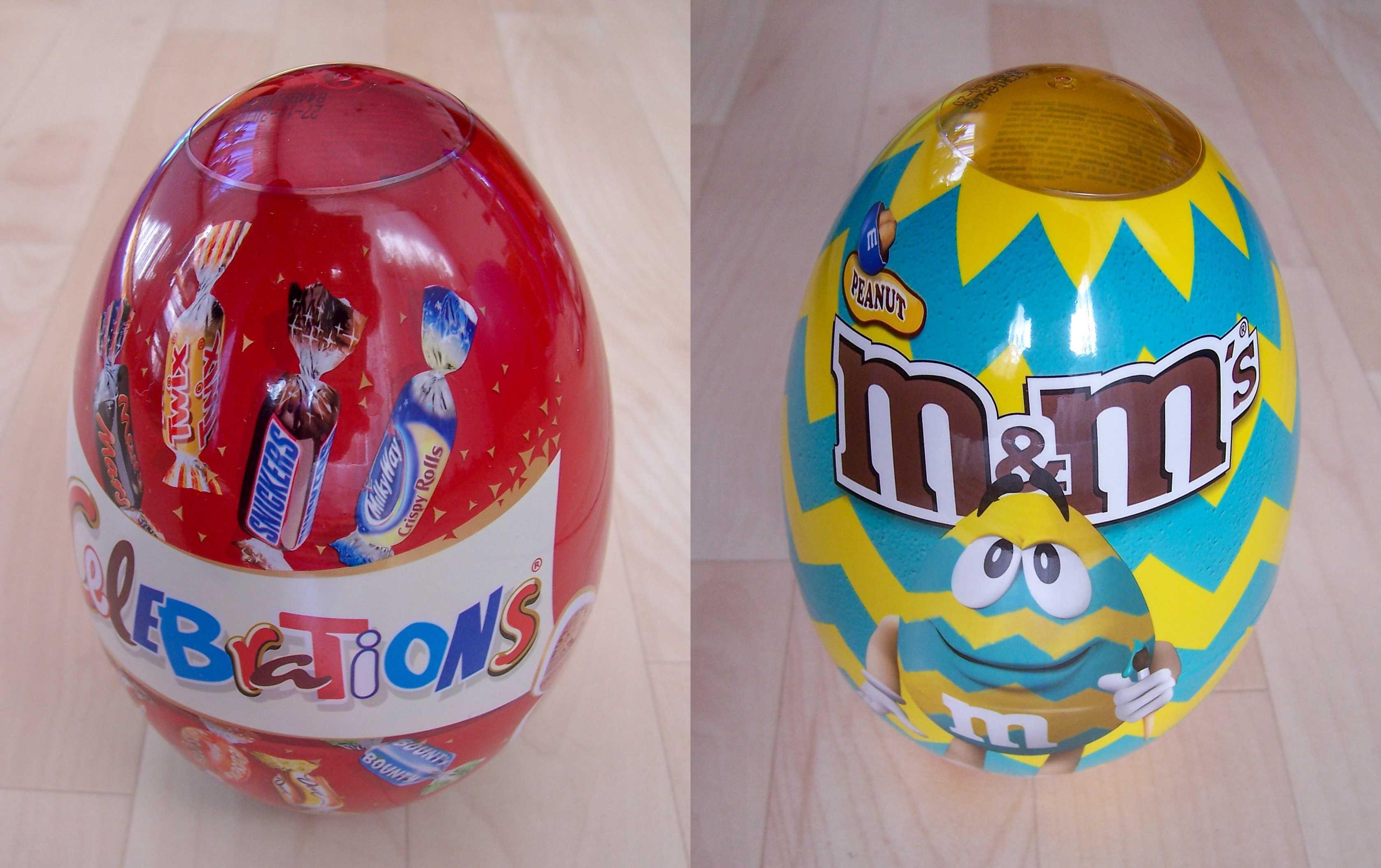 Zwei transparente Ostereier von Celebrations oder M&Ms.