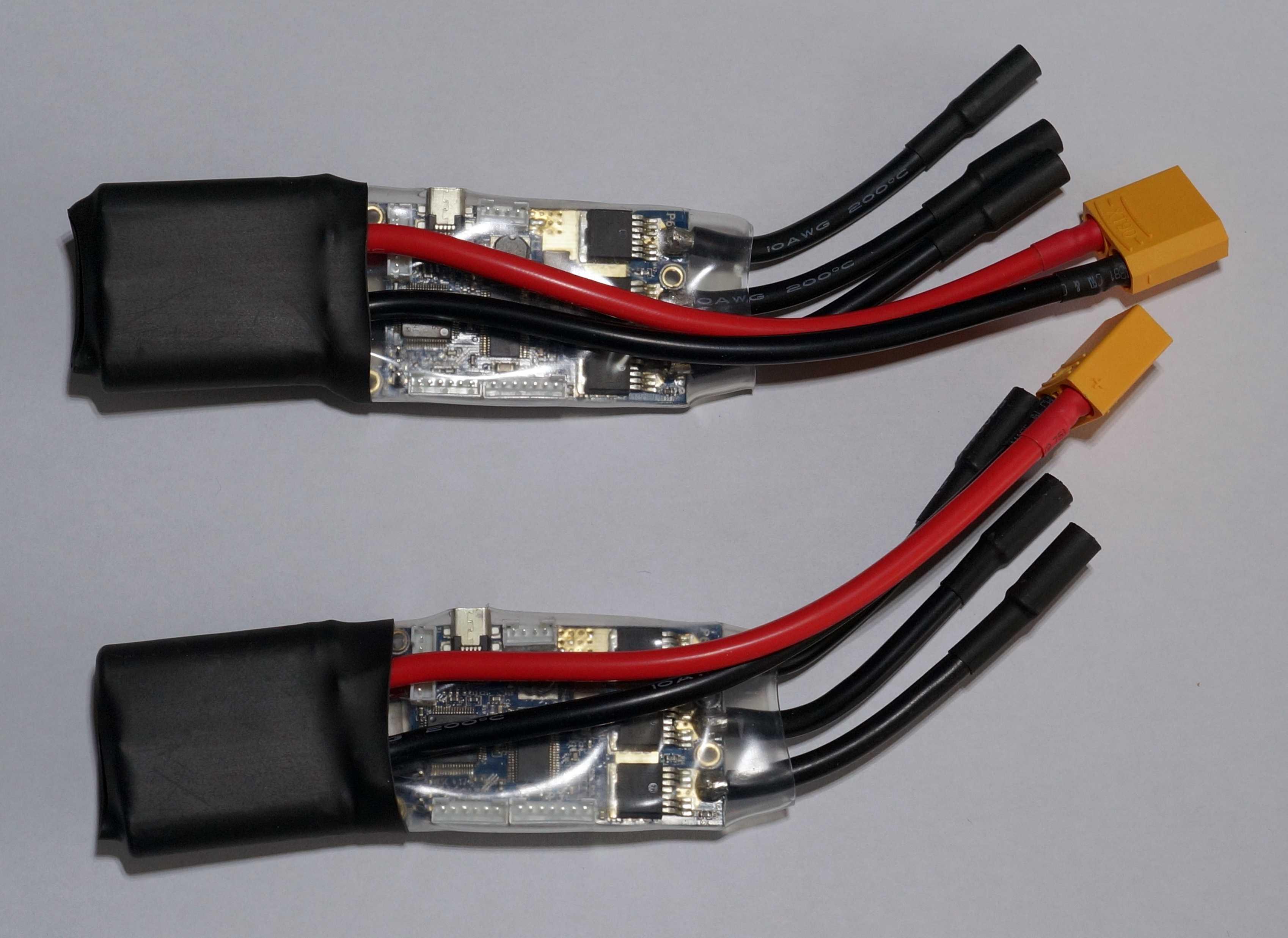 Zwei VESC-Boards mit jeweils fünf Kabeln