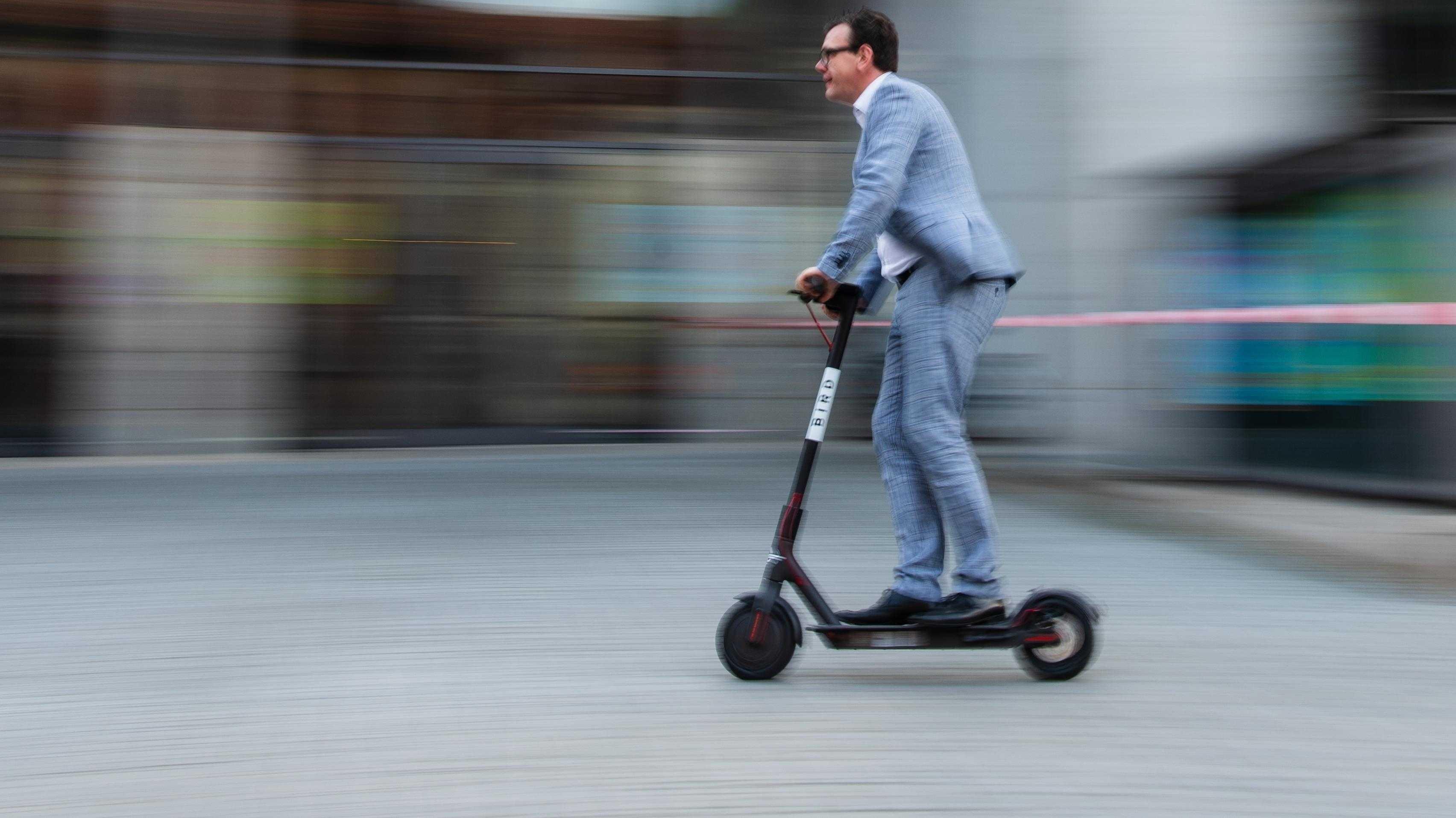 Elektrokleinstfahrzeuge: Bundesregierung schiebt E-Scooter an
