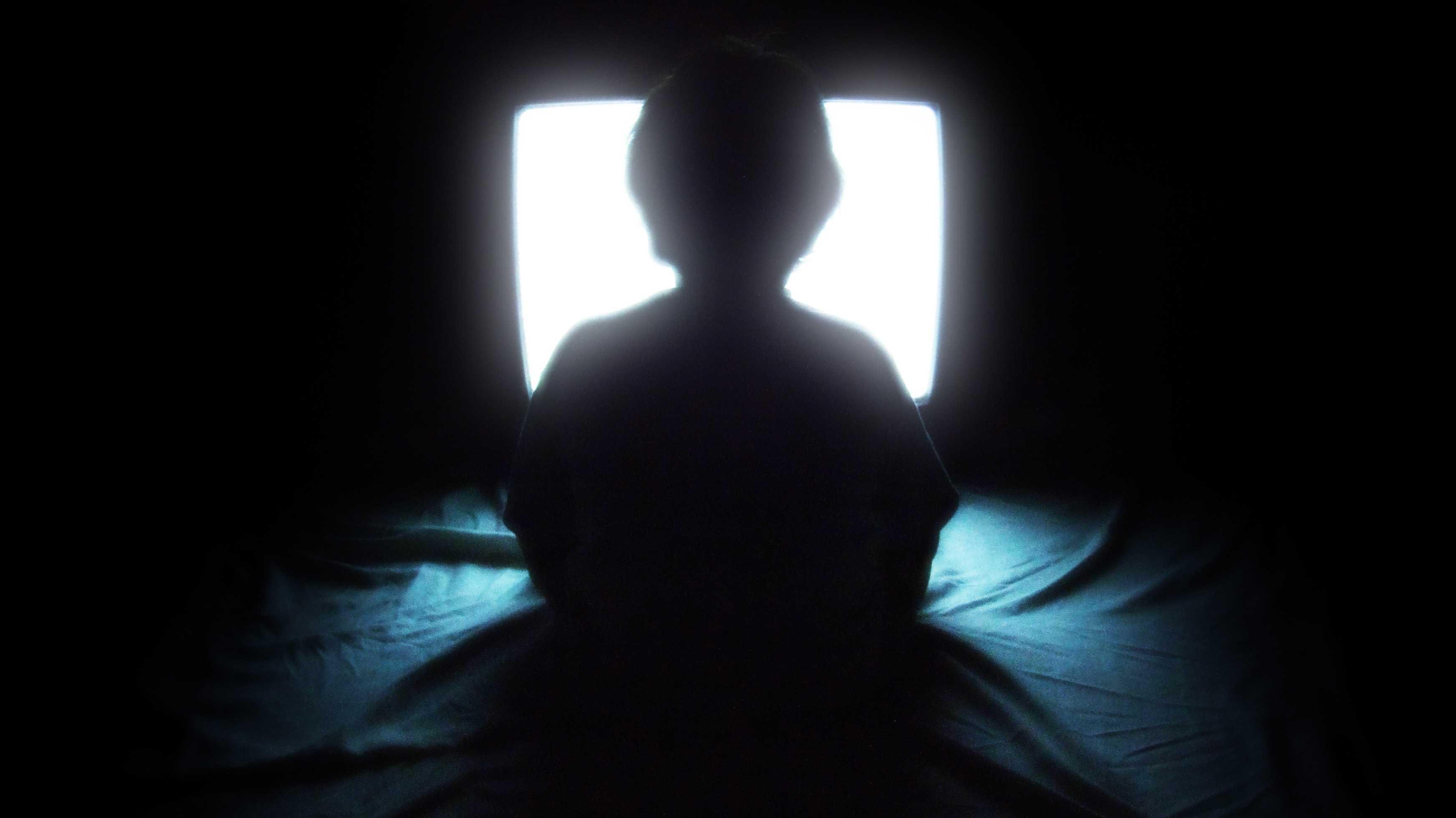 Kind sitzt vor Fernseher