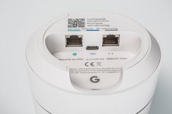 Google-Wifi-Nodes haben zwei Ethernet-Ports. Beim ersten Node wird der linke zum Internetanschluss, an den rechten kann man einen LAN-Client oder einen Switch für mehrere Hosts anschließen.