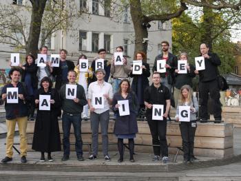 """""""I Am Bradley Manning"""" auf der re:source 5, unter anderem mit John Goetz (""""A"""" in der oberen Reihe), Andy Müller-Maguhn (""""Y"""" in der oberen Reihe) und Birgitta Jónsdóttir (""""A"""" in der unteren Reihe)."""