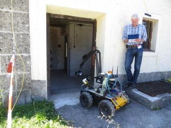 Eurathlon-Juror Michael Gustmann begutachtet die Leistungen eines Roboters.