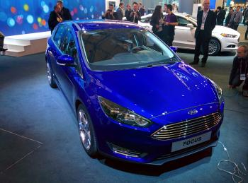 Der neue Ford Focus unterstützt den Fahrer mit Abstandswarnungen und intelligenter Parkhilfe.