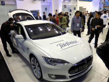 """""""Connected Cars"""" wie dieser Tesla S waren bei vielen Ausstellern zu sehen."""