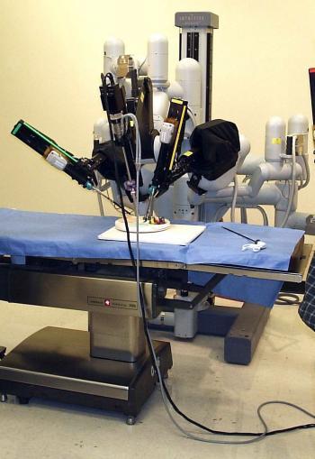 """Chirurgie-Roboter operiert ferngesteuert - manche Exemplare sind möglicherweise """"offener"""" als geplant."""