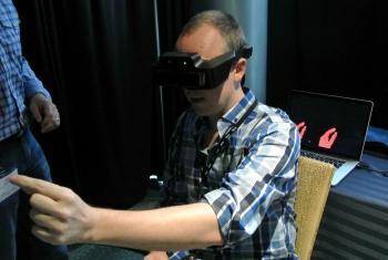 Die 3D-Kamera der Meta.01 erkennt Handbewegungen, sodass man Objekte auf dem eingeblendeten Display direkt manipulieren kann.