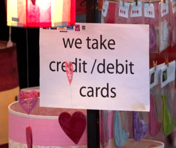 "Schild ""we take credit/debit cards"""