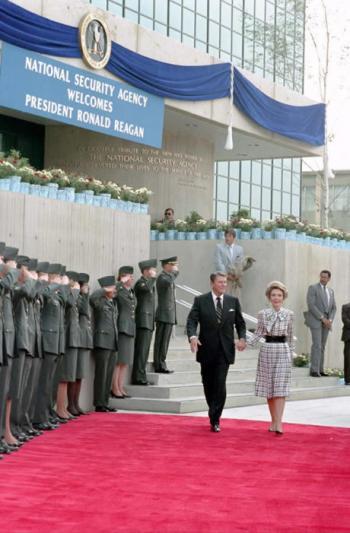 US-Präsident Ronald Reagan bei der NSA (1986)