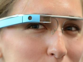 Dame trägt blaues Google Glass