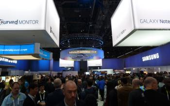 Im Vergleich zu den Vorjahren wirkt der Samsung-Stand diesmal nüchtern und aufgeräumt; das Internet of Things schwebt als dominantes Thema über allem.