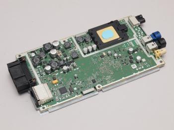BMW-Fahrzeuge mit ConnectedDrive enthalten ein Steuergerät mit Mobilfunkmodem und einer fest verbauten SIM (rechts oben). Sie können darüber Daten mit Servern bei BMW austauschen.