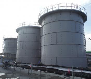 In Hunderten Tanks wird kontaminiertes Regenwasser gesammelt.