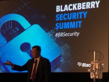 BlackBerry CEO John Chen neben einer Infusionspumpe, die soeben live gehackt wurde