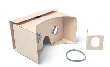 Neben der Pappbrille mit hochwertigen bikonvexen Linsen liegt dem Heft ein Gummiband zur Sicherung des Smartphones bei, sowie eine Papplasche zum Nachrüsten eines Magnetschalters. Ein Kopfband ist nicht dabei -- laut Google-Cardboard-Richtlinien sollte die Pappbrille zunächst mit der Hand gehalten werden, da so das Übelkeitsrisiko sinkt.