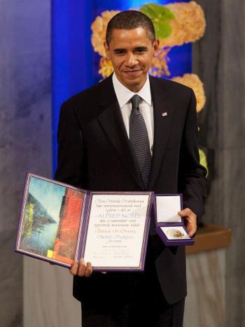 Barack Obama mit Urkunde und Nobelpreis-Medaille