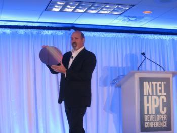 Intel-Fellow Bill Magro zeigt den Wafer  mit den riesigen Xeon-Phi-KNL-Dice.