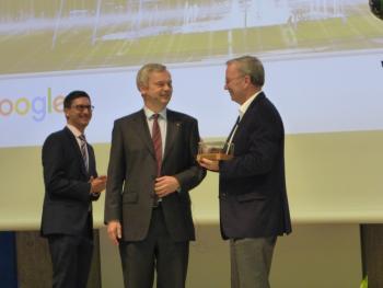 Eric Schmidt hat von der TU-Berlin einen Preis verliehen bekommen, die Pressestellen von Google und der TU schweigen sich aber darüber aus, was und wofür er war.