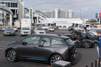 Vor dem Hotel hat BMW eine kleine Teststrecke für Messebesucher eingerichtet.
