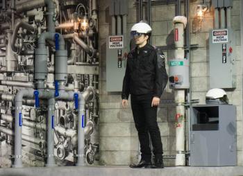 Der smarte Helm vom Daqri unterstützt Arbeiter durch AR-Einblendungen.