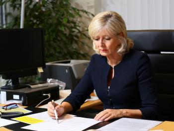 """Die Europäische Bürgerbeauftragte Emily O'Reily rügt """"besoders schwerweigende Missstände"""" bei der Europäischen Kommission."""