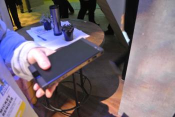 Sonys MP-CL1 ist etwa so groß wie ein Taschenbuch und hält mit einer Akkuladung etwa zwei Stunden durch.