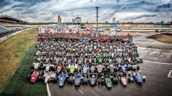 "Gruppenbild der ""Formula Student Germany 2015"" auf dem Hockenheimring"
