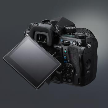 Die K-1 bringt einen flexiblen Monitor mit, der sich klappen und drehen lässt.