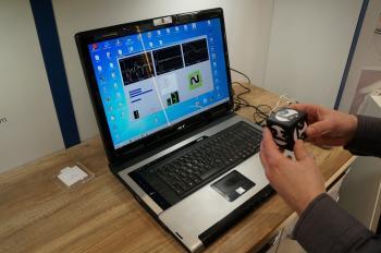 Auf dem D-Leuchten-Stand führt AMS SyncroTec vor, wie die vom Magic Cube übermittelten Sensordaten ausgewertet werden.