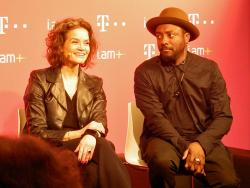 Telekom-Vorstand Claudia Nemat und Will.i.am in Barcelona.