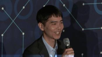 Endlich hat er wieder was zu lachen: Lee Sedol auf der Pressekonferenz im Anschluss an Partie 4.