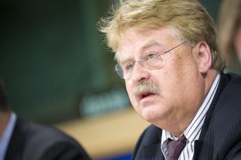 Elmar Brok (bei der Pressekonferenz anläßlich der politischen Einigung zum EAD)