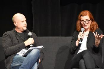 """Kate Crawford im Gespräch mit Trevor Paglen: Die Wissenschaftlerin und der Künstler gaben auf der """"Das ist Netzpolitik!""""-Konferenz einen Ausblick zu Künstlicher Intelligenz."""