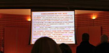 Furchtbare Powerpoint-Folie voller CAPSLOCK-Text in Rottönen
