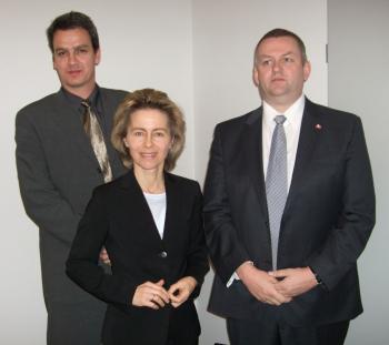 Bundesfamilienministerin Ursula von der Leyen holte sich die Unterstützung skandinavischer Polizeibeamter (links: Bjørn-Erik Ludvigsen, rechts: Lars Underbjerg), um die Provider von Sperren gegen Kinderpornographie zu überzeugen.