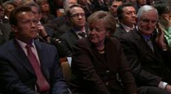 Angela Merkel eingerahmt von Arnold Schwarzenegger und Craig Barrett